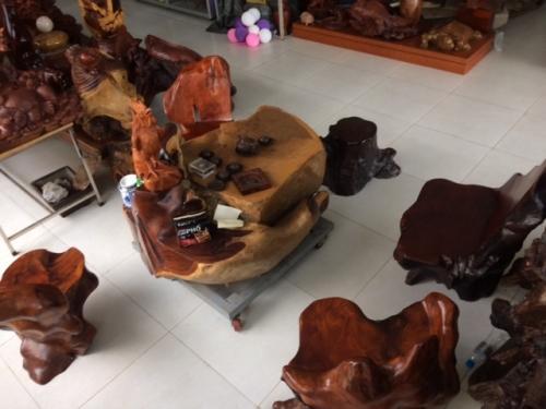 Bộ bàn ghế gốc cẩm lai, ôm tảng đá nặng 1,5 tấn