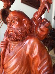 Tượng đạt ma giáo hóa, đứng gốc tùng gỗ hương arumpa Gia Lai