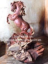 Tượng ngựa gốc gỗ hương Gia Lai ôm đá