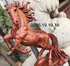 Tượng ngựa gỗ hương nguyên khối.